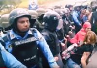 """Hacen """"perreo"""" a antimotines para provocarlos en Honduras (video)"""