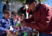 Entrega el presidente municipal de Cuauhtémoc juguetes por el Día del Niño