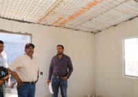 Supervisa Carlos Tena la construcción de cuartos adicionales y baños dignos