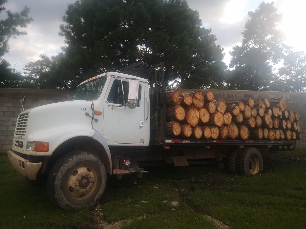 Asegura la CES en San Juanito cuatro tractocamiones; dos cargados de madera