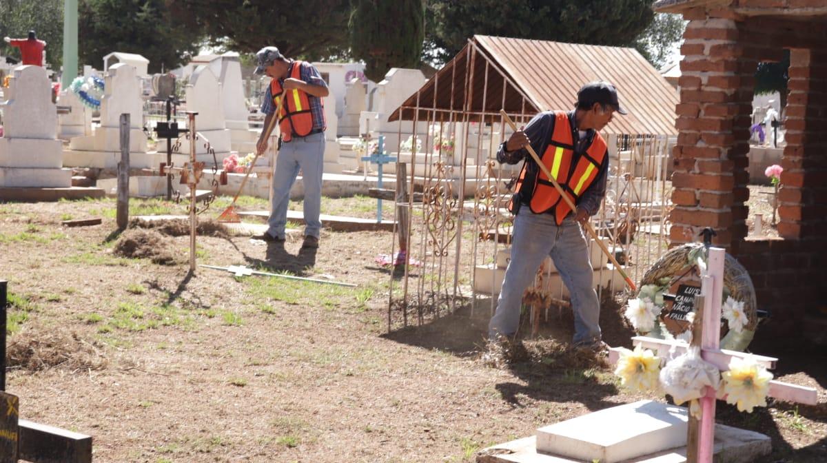 Previo al Día de Muertos, realizan limpieza en los panteones de Cuauhtémoc