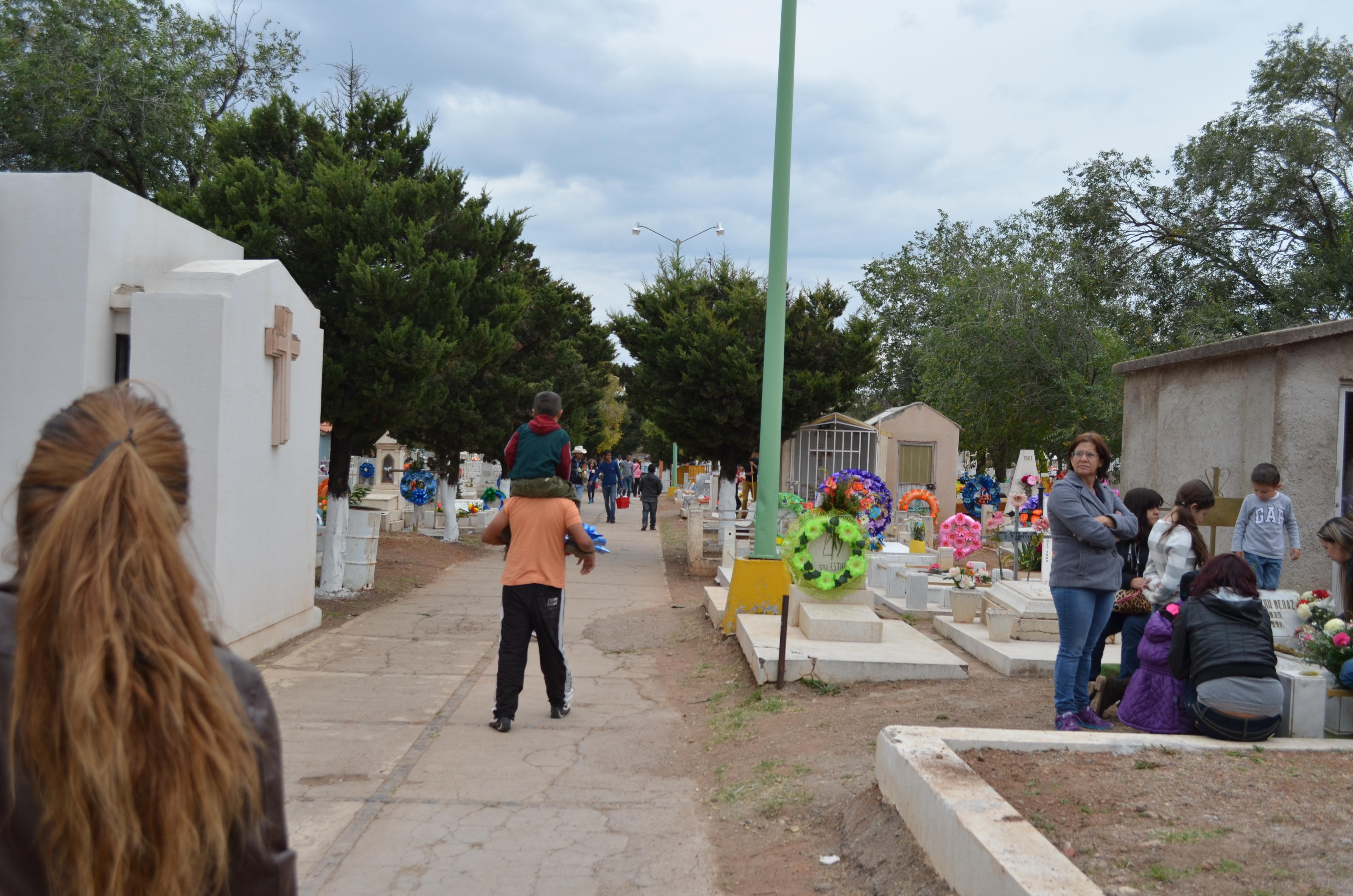 Permitirán la instalación de 77 puestos afuera de panteones por el Día de Muertos