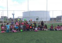 Regalan balones a niños de la Moisés Caraveo